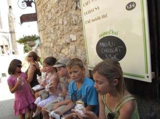 Next day, in St. Cirq Lapopie, kids enjoying their lunch on a bench, as much as we did in Les Arques!