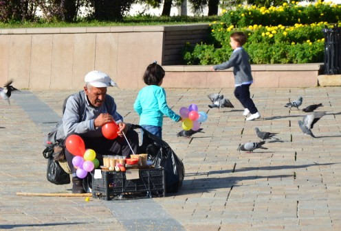 Balloons + birdseed = kids and pigeons in Izmir, Turkey