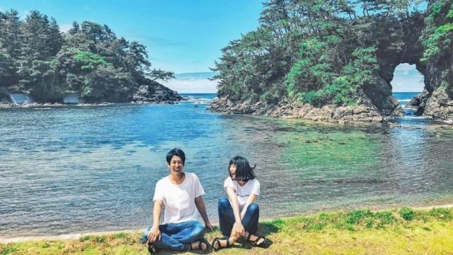海岸の前で笑い合うカップル