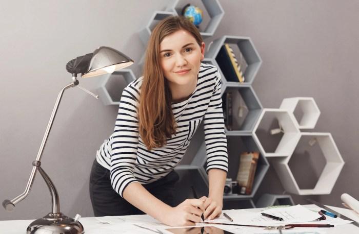 Profesional diseñadora de interiores trabajando para su primer negocio