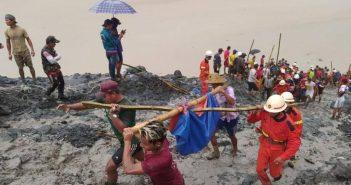 Petugas dan warga mengangkat jenazah di lokasi penambangan batu giok di Myanmar. (Int)