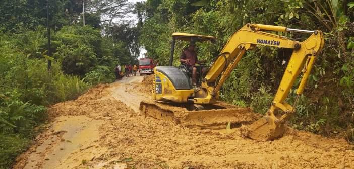 DPUPR Mahulu Bersihkan Longsor di Jalan Batu Bulan