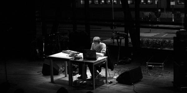 https://i1.wp.com/non-fiction.nl/wp-content/uploads/2009/03/dorian-concept-en-knalpot-bimhuis-27-02-2009-foto_-eline-soumeru.jpeg
