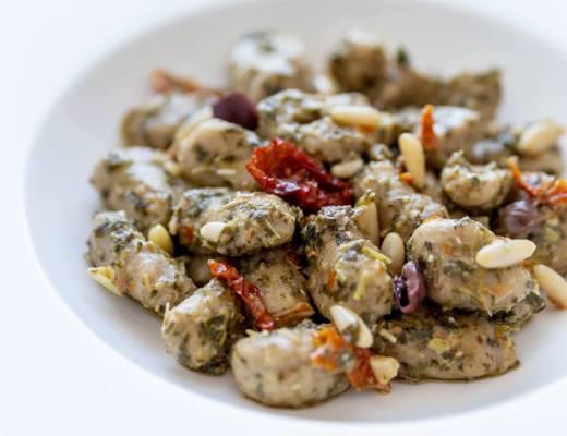 Gnocchetti di ceci e grano saraceno, con pesto di cime di rapa, pomodori secchi, olive taggiasche e pinoli - Non Chiamatela Dieta