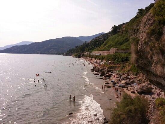 Spiagge libere aperte a Ventimiglia, ma c'è poca affluenza per il maltempo