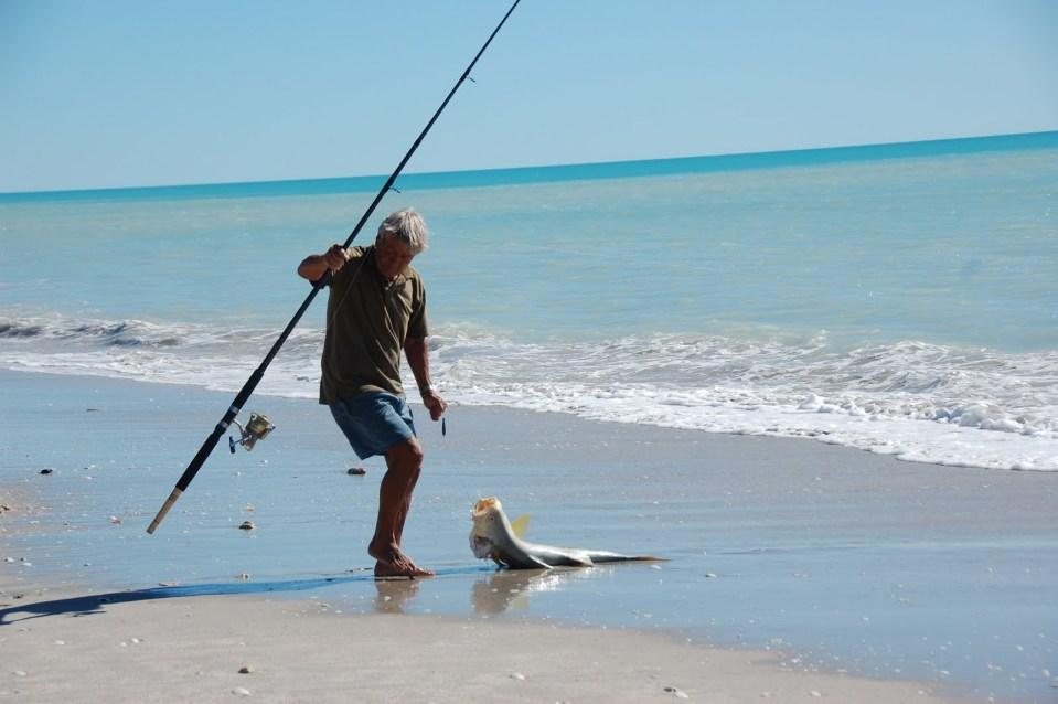 Pesca dalla spiaggia in Sardegna, la Regione ci ripensa