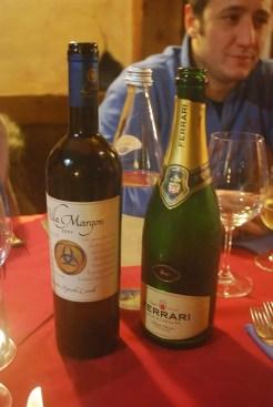 Su ogni buona tavola non può mancare un buon vino, come il bianco DOC Lunelli di Villa Margon o il famoso vino spumante Ferrari.
