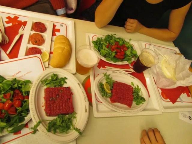 Carne cruda, formaggi e posate biodegradabili