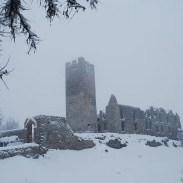 Castel Belfort, la cui costruzione cominciò probabilmente nel 1311, domina la città di Spormaggiore dalla cima della sua collina.