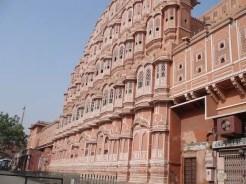 """Jaipur. La città rosa è un vero colpo al cuore. I suoi porticati con le botteghe, i mercati, e poi il """"Palazzo del Vento"""", l'attrattiva più famosa della città."""