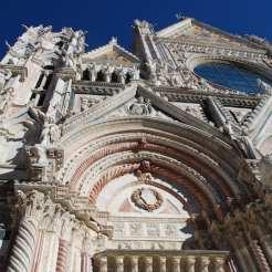 La facciata del duomo di Siena: la Cattedrale di Santa Maria Assunta.