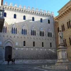 Piazza Salimbeni, tradizionalmente il cuore finanziario della città e sede una volta della banca pubblica di Siena.