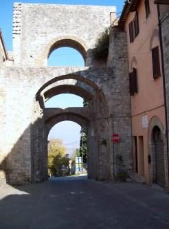 Le mura di Todi consistono in tre cinte: le mura esterne sono medievali, quelle centrali romane e quelle interne etrusche.