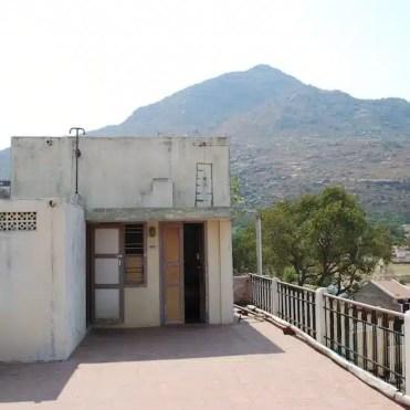A Tiruvannamalai (India) dormivo sul tetto di un palazzo.