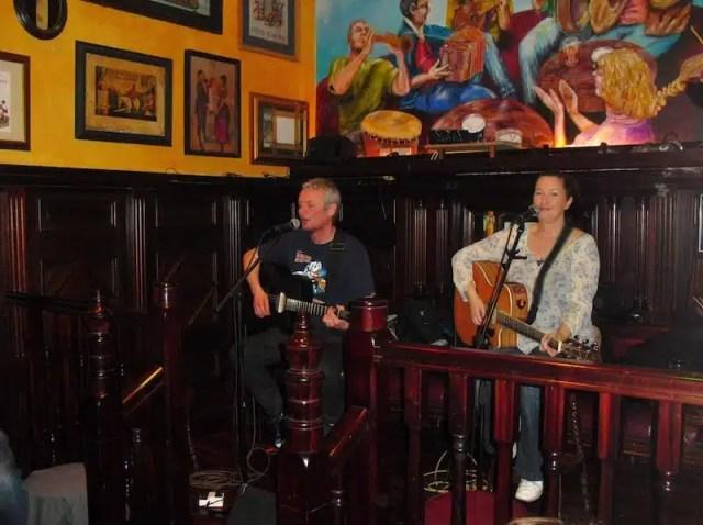 Musicisti all'opera in un pub di Dublino