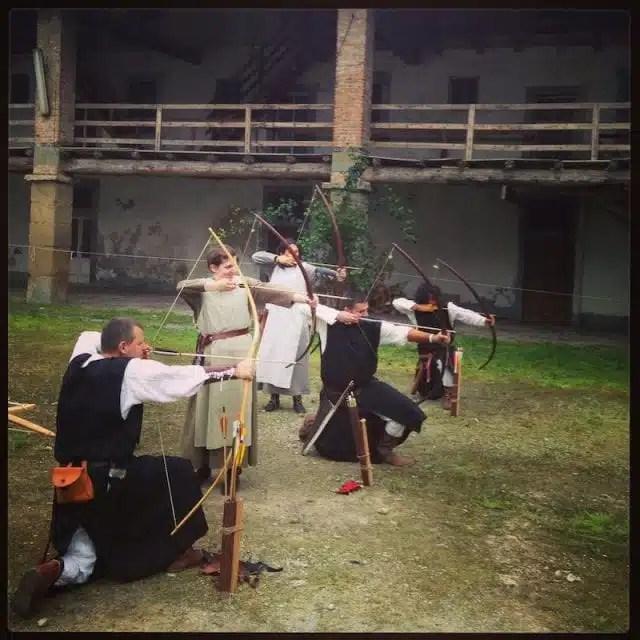 I giovani invasori del Castello di Bergamo alle prese con arco e frecce