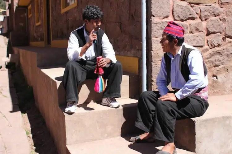 Gente del posto in piazza a Taquile, Perù