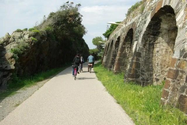 In bici sul Lungomare Europa a Varazze (foto di Alessandro Chiabra)