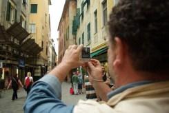 Sergio di TravelEurope in giro per il centro storico di Varazze