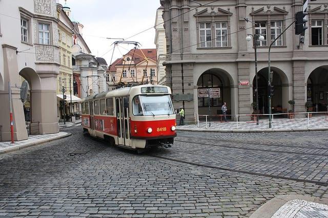 Un tram per le strade di Praga (foto di taudorf)