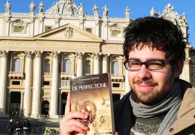 L'autore Francesco Gallina con il suo libro De Perfectione