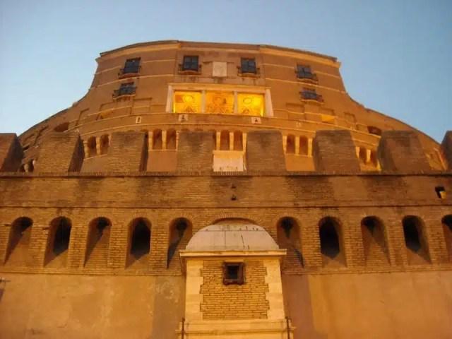 La facciata principale del Castello