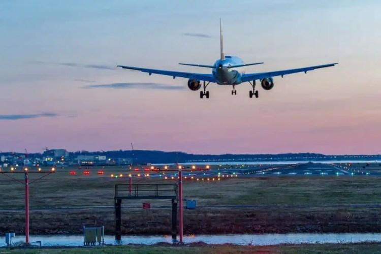aereo che atterra in aeroporto