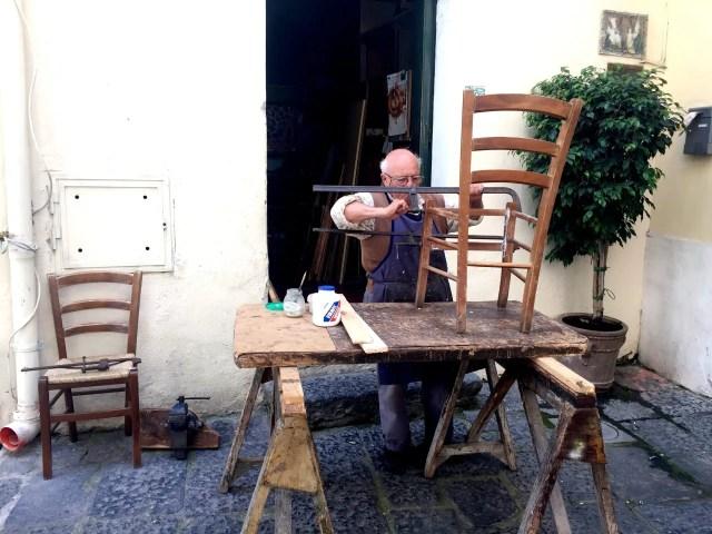 Un anziano artigiano di Ischia