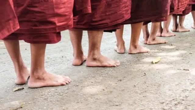 monaci-in-attesa-del-pasto-presso-un-monastero-di-mandalay