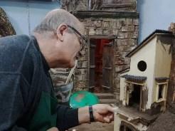 4-artigiano-intento-a-lavorare-una-struttura-del-presepe