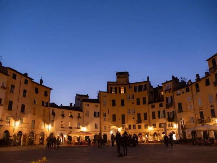 Lucca la piazza di sera