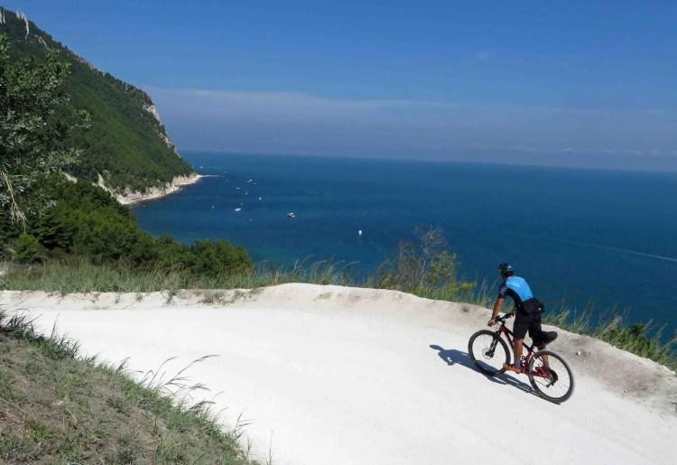 in bici sul conero