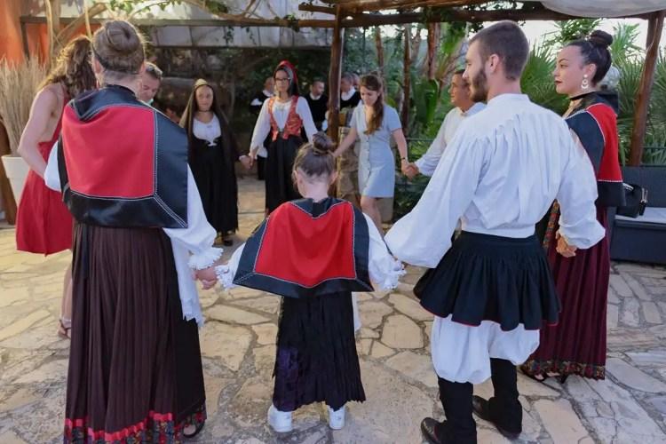 Gruppo folkloristico che balla a suon di launeddas