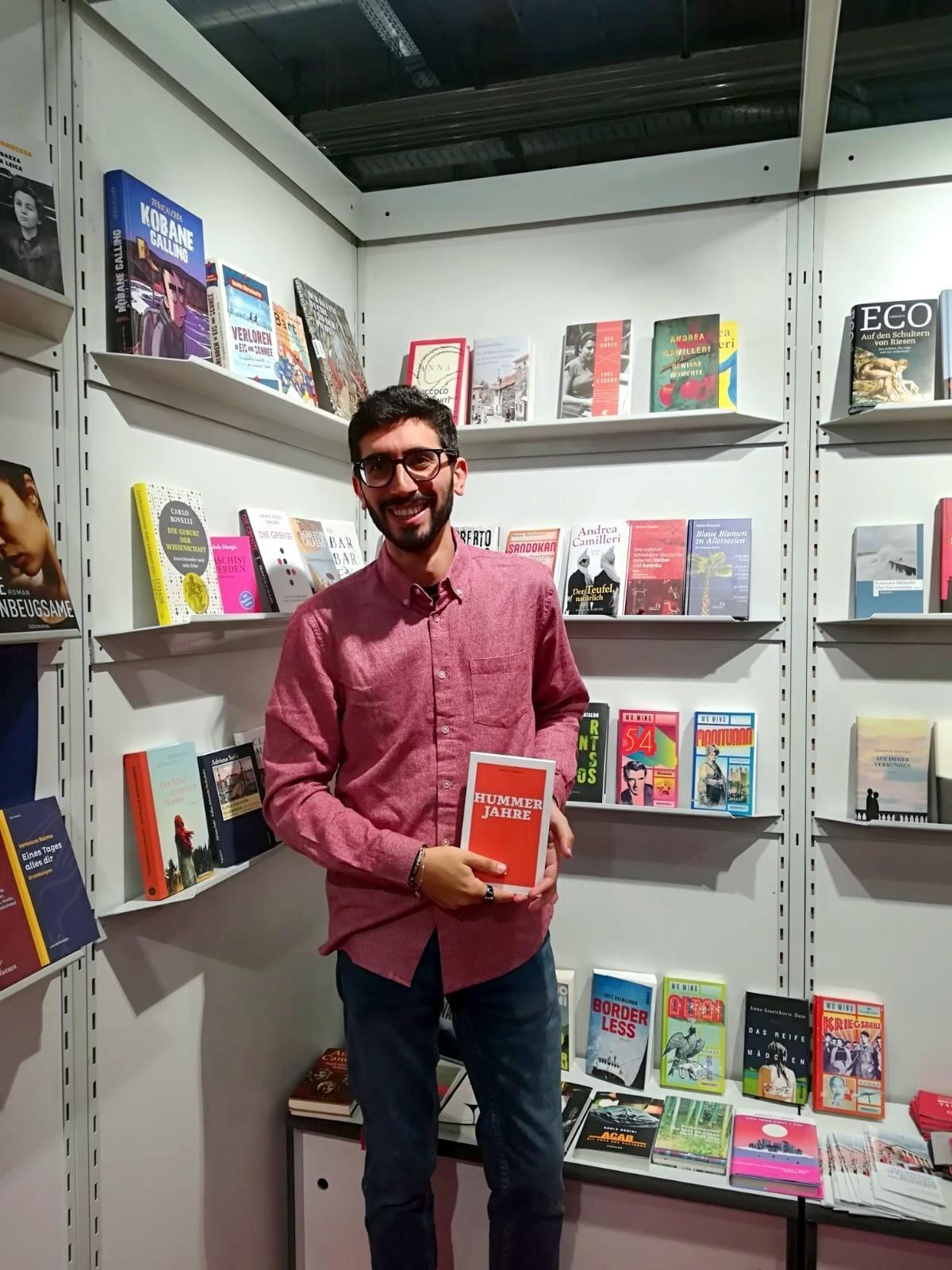 """Nicola H. Cosentino zeigt eine Kopie seines neuen Romans """"Hummerjahre"""" (Originaltitel: """"Leben und Tod der Hummer"""")"""