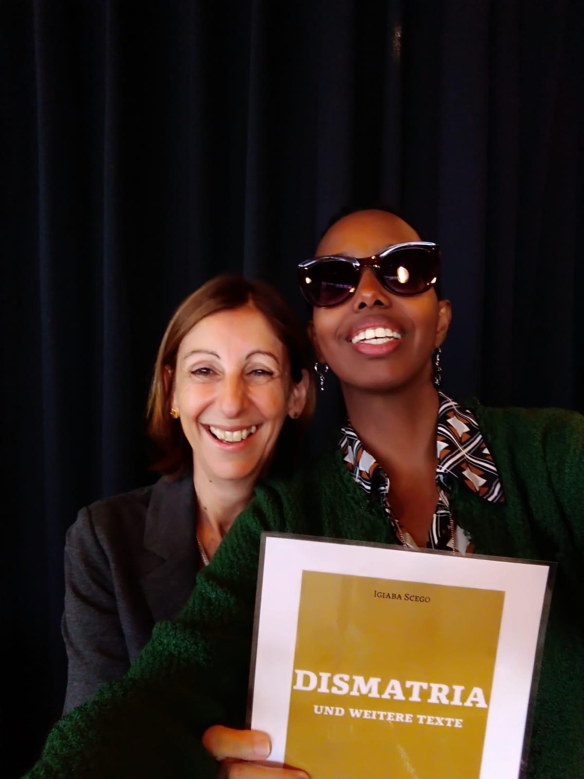 """Die Schriftstellerin Igiaba Scego und die Verlegerin Alessandra Ballesi Hansen machen ein Selfie mit dem Cover von """"Dismatria"""", das im Februar 2020 erscheinen wird."""