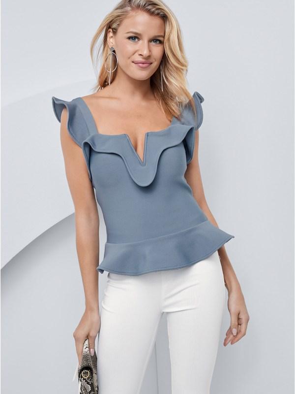 Produktbild: Model trägt Top in blau, von vorne.