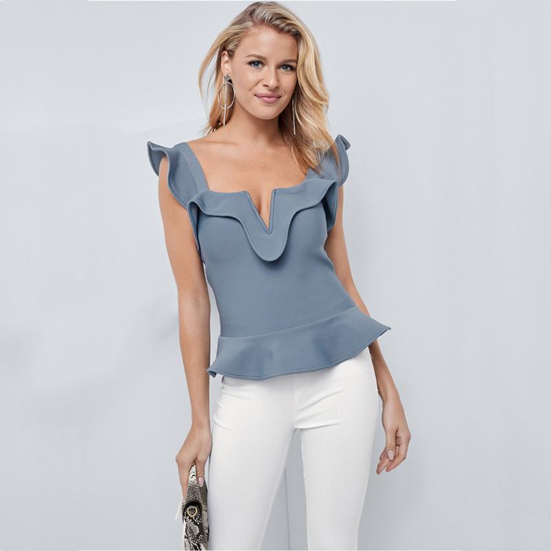 Model trägt Top in blau