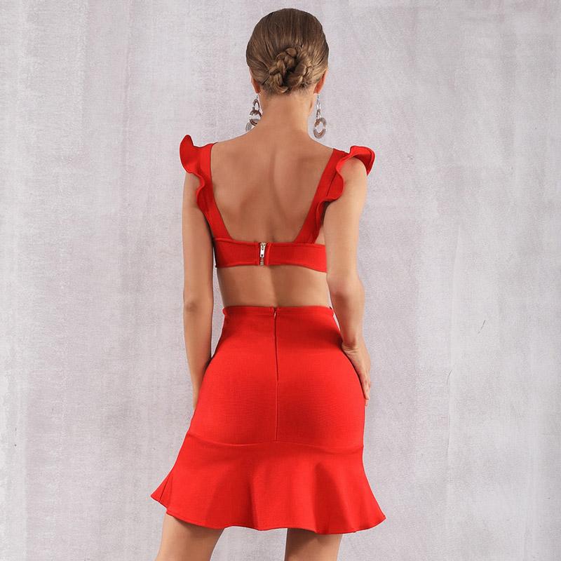 Model trägt rotes Kleid mit Volants