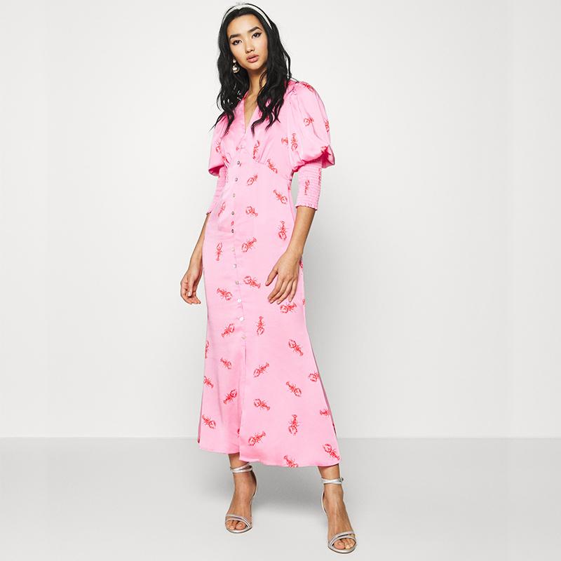 Produktbild Model trägt Maxi Kleid hummer von vorne
