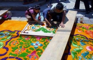 making a sawdust alfombra with stencil - Antiga