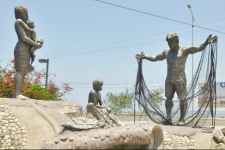 A fisherman's family Sculpture - on the Malecon in Manta