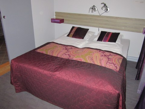 The bed in 209 with inches to spare on either side
