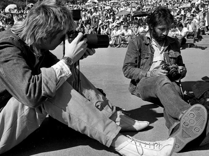 Kevin Carter (d). În stânga, Rebecca Hearfield, fotografă din Africa de Sud