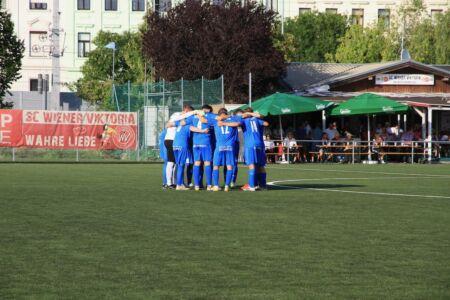 Der Spielerkreis der Spieler der SV Leobendorf vor dem Anstoß