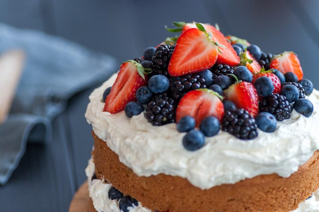 Rustic Sponge Cake with Fresh Berries by Eve | nordbrise.net (Geschichtete rustikalische Sponge Torte mit frischen Früchten)