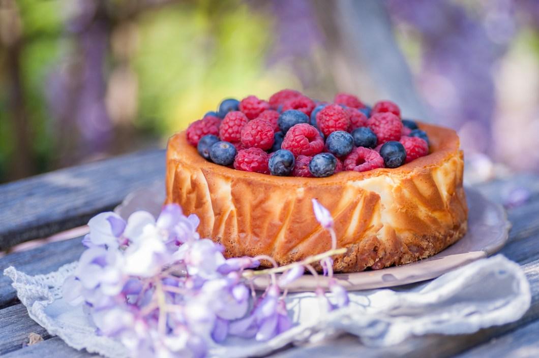 Rustic Cheesecake with Almonds and Fresh Berries by Eve   nordbrise.net (Cremiger Käsekuchen mit Mandeln und fruchtigen Beeren)