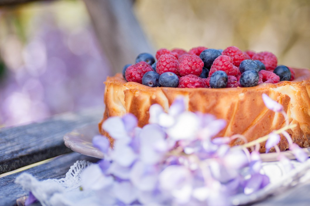 Rustic Cheesecake with Almonds and Fresh Berries by Eve | nordbrise.net (Cremiger Käsekuchen mit Mandeln und fruchtigen Beeren)