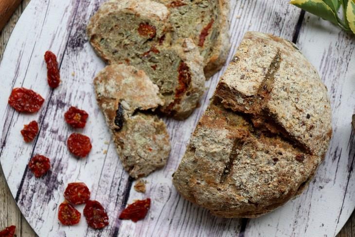 ricetta-pane-integrale-con-pomodorini-secchi-e-ortiche