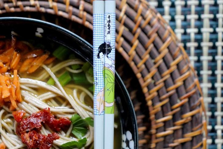 Noodles-al-curry-verde-e-aglio-nerofermento
