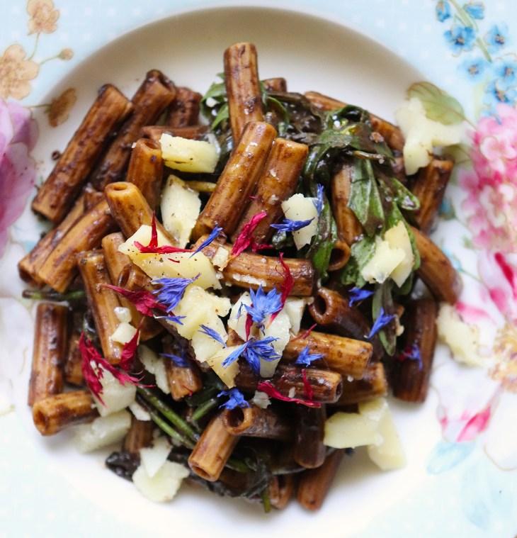 pasta-cacio-e-pepe-con-aglio-nero